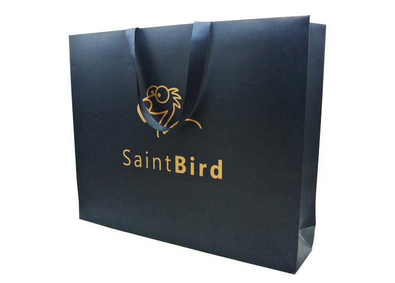Túi giấy đựng mỹ phẩm được ép nhũ vàng trên logo