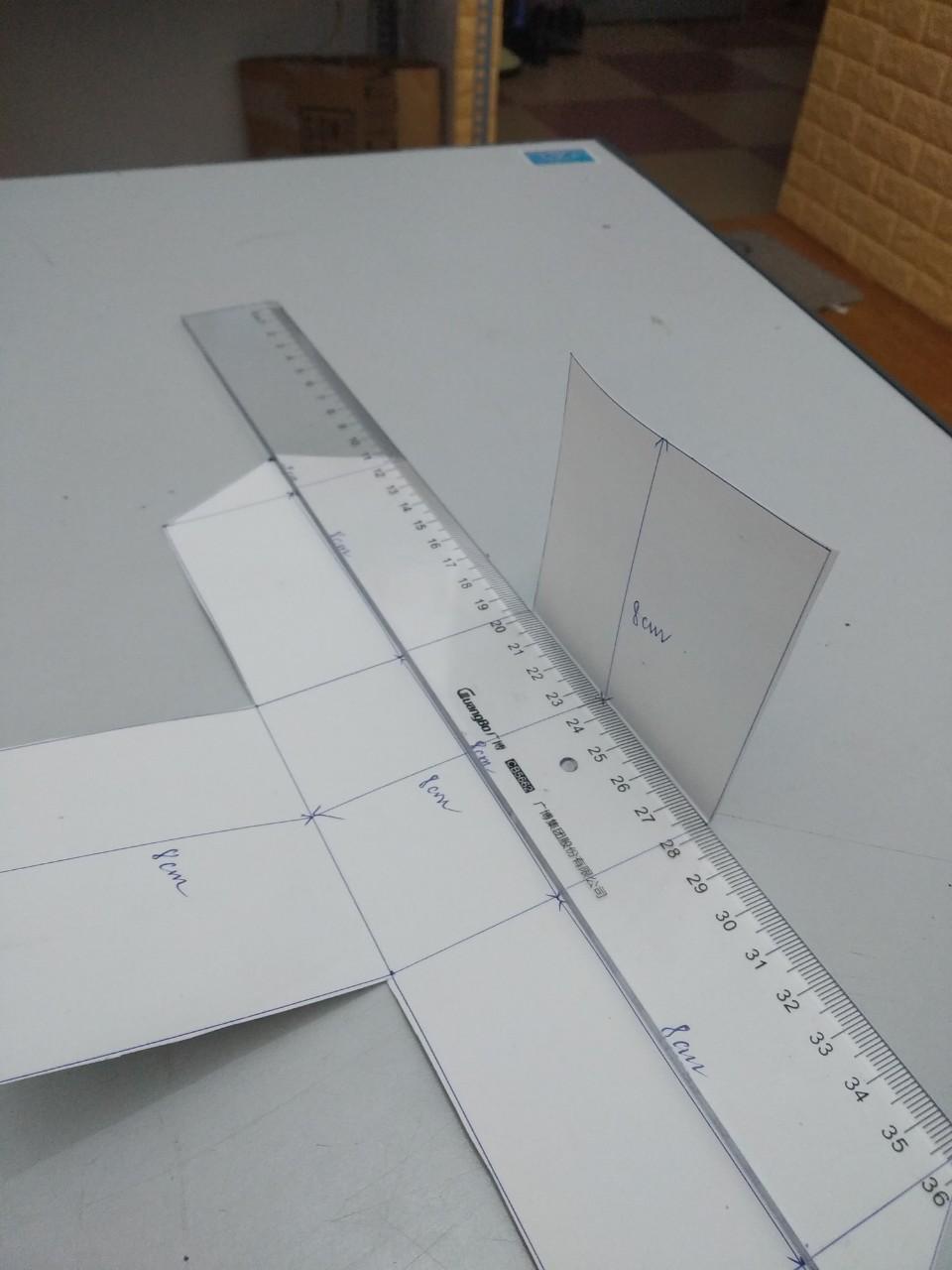 Gấp các cạnh của chiếc hộp để tạo các đường gân